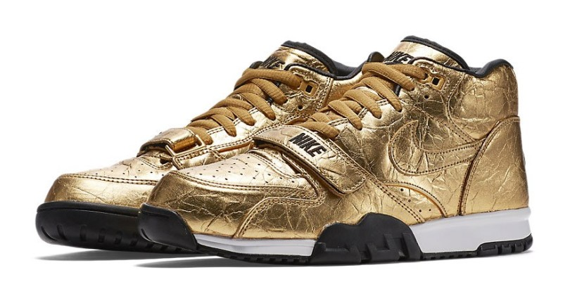Nike-gold_superBowl_50_Air-Trainer-main_2