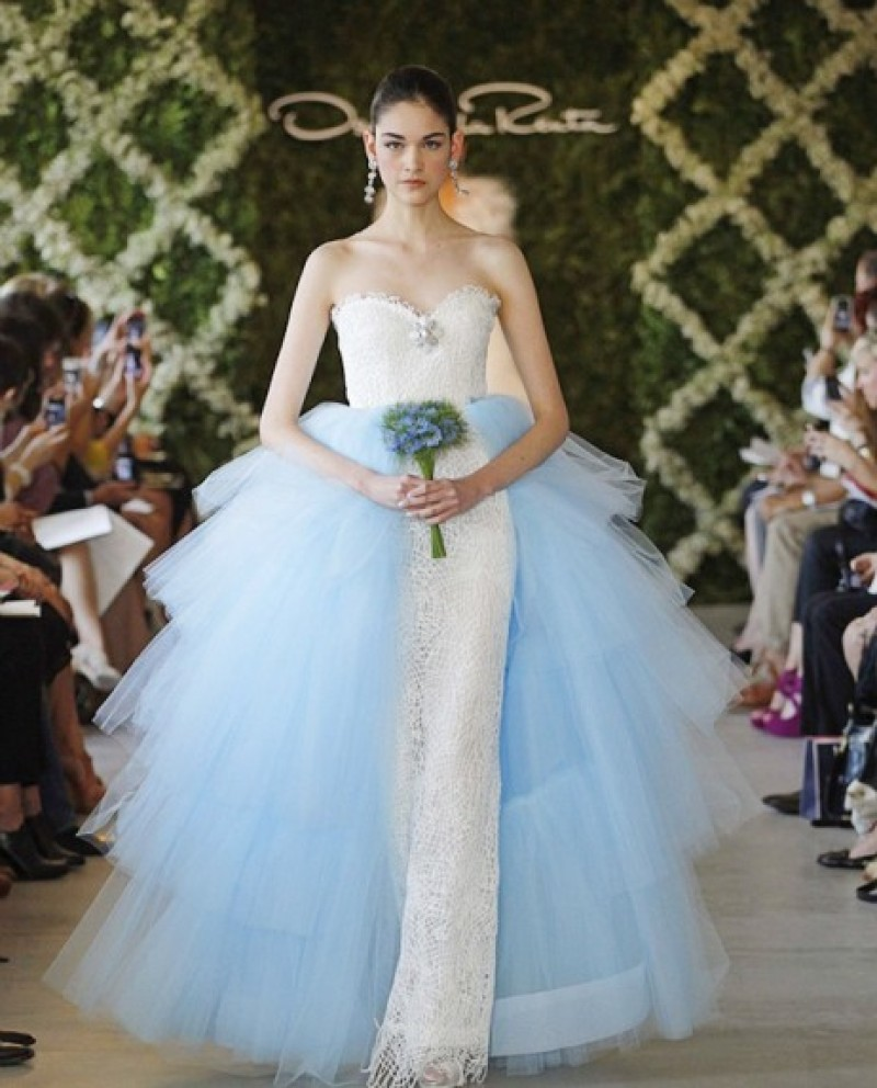 Oscar de la renta 39 s barbie doll dresses up in a runway for Where to buy oscar de la renta wedding dress