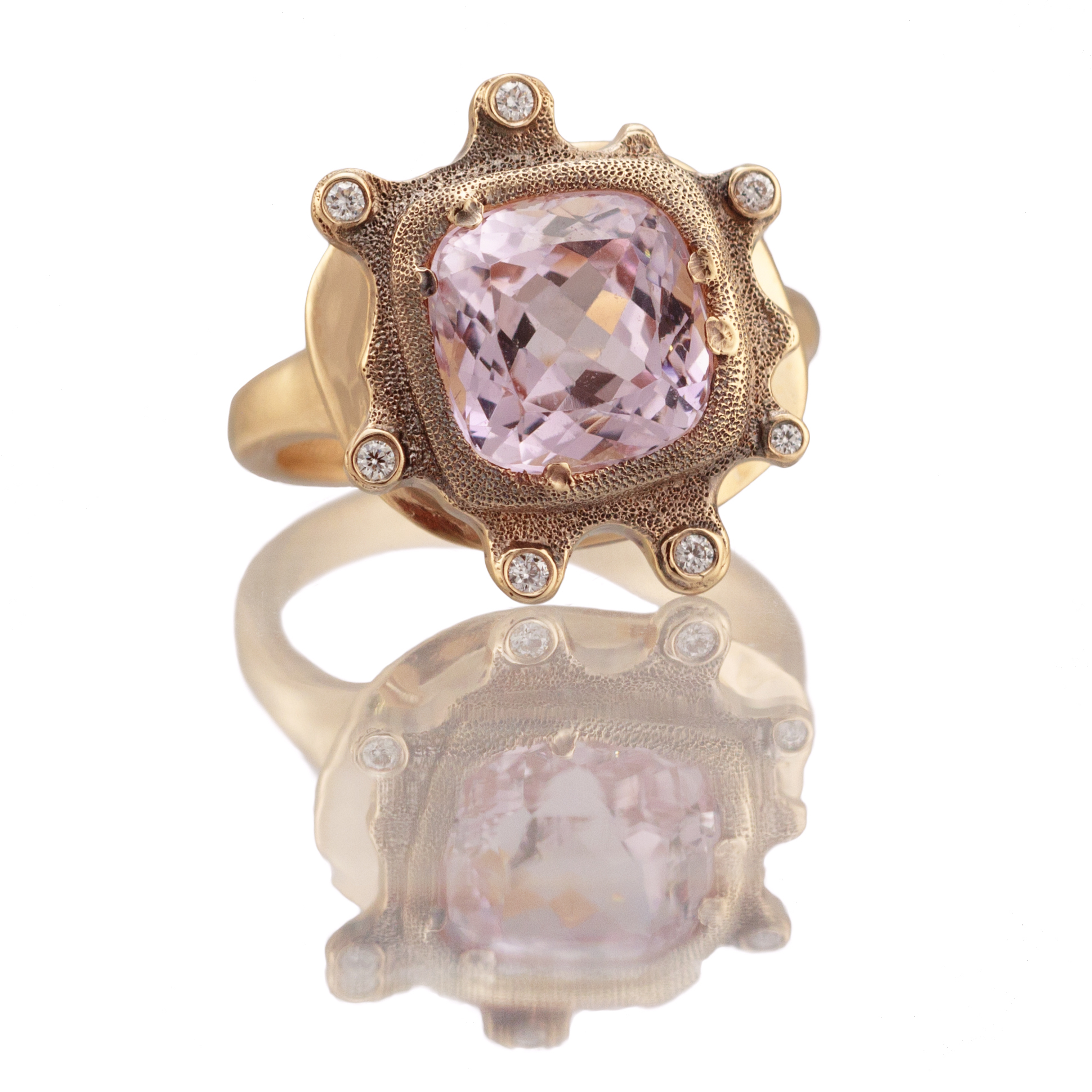 Petals. 4.39ct. Morganite, 18K yellow gold and white diamond ring