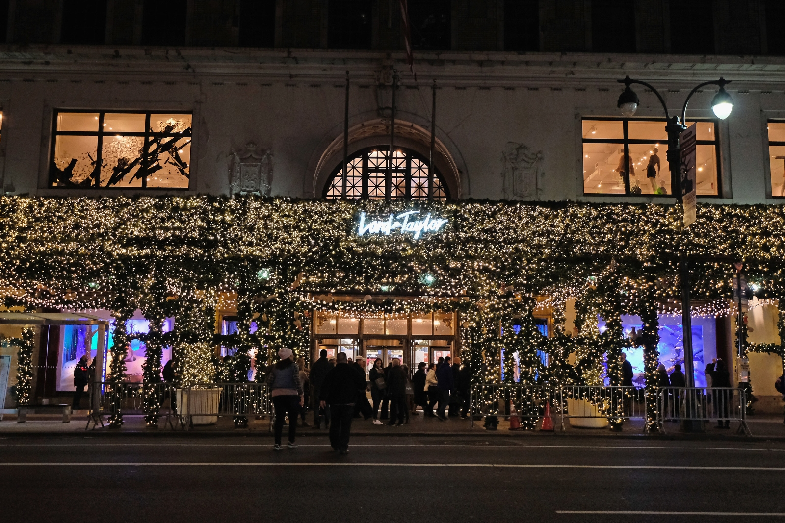 Lord & Taylor Enchants With 2016 Holiday Windows - Pursuitist